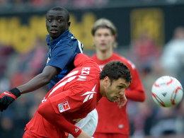 Kölns Pezzoni ist vor Cissé am Ball.