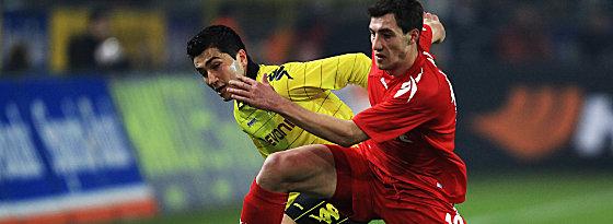 Dortmunds Sahin gegen Jajalo (re.)