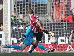 Rein damit! Nürnbergs Eigler zieht sicher ab und trifft an St. Paulis Kessler vorbei zum zwischenzeitlichen 2:0.