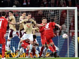Was für ein Treffer! Kölns Petit hämmert den Ball per Freistoß zum 1:0 ins Hannoveraner Netz.