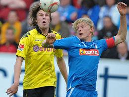 Dortmunds Großkreutz und Hoffenheims Beck streiten um das Spielgerät.