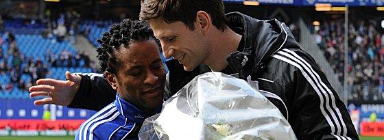 Zé Roberto erhält von Bastian Reinhardt (re.) für sein Jubiläum einen Blumenstrauß