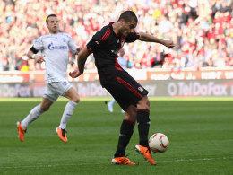 Eren Derdiyok erzielt das 1:0 für Bayer Leverkusen, Lukas Schmitz kommt zu spät