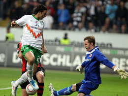 Werders Pizarro kommt an Fährmann (re.) nicht vorbei.