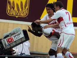 Shinji Okazaki und Martin Harnik bejubeln Cacau nach dessen Tor zum 1:0