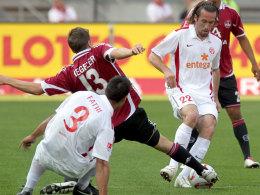 Jens Hegeler (FCN) gegen Malik Fathi und Christian Fuchs