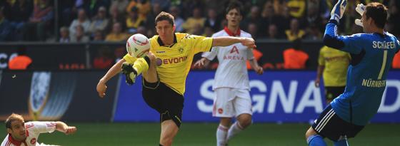 Das 2:0: Lewandowksi hebt den Ball über Schäfer ins Tor