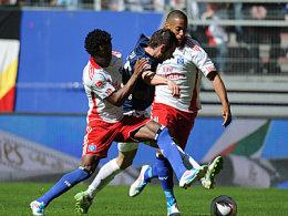 Die Hamburger hatten meist das Nachsehen: Zé Roberto und Aogo gegen Nicu.