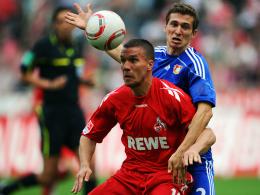 Vorteil Köln: Lukas Podolski setzt sich hier gegen Leverkusens Schwaab durch.