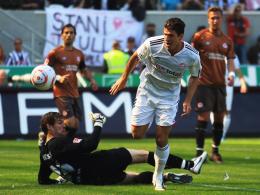 25. Saisontreffer: Mario Gomez nutzt einen schlimmen Patzer von Thorandt und erzielt das 1:0 für den FCB.
