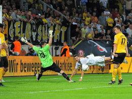 Dresdens Jungnickel (re.) fälscht den Ball unhaltbar zur VfL-Führung ab