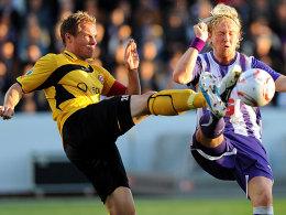 Harte Zweikämpfe zu Spielbeginn: Dresdens Kapitän Hübener und Osnabrücks Schmidt streiten um den Ballbesitz.