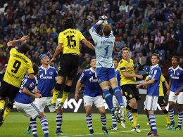 Oft im Mittelpunkt: Schalkes Neu-Keeper Ralf Fährmann klärt vor Mats Hummels