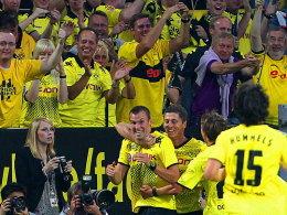 Alles wie gehabt: Dortmund im Freudentaumel, und das schon nach dem ersten Spieltag. Torschütze Großkreutz wird von Fans und Mitspielern gefeiert.