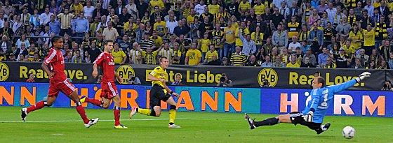 Das 1:0 für den BVB. Drobny ist geschlagen, Mancienne und Diekmeier schauen nur zu und Großkreutz darf gleich jubeln.