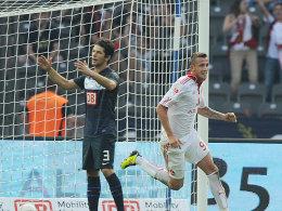 Es ist vollbracht: Club-Angreifer Tomas Pekhart (re.) bejubelt seinen Siegtreffer. Berlins Levan Kobiashvili ist bedient