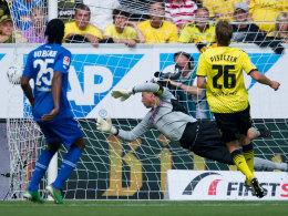 Roman Weidenfeller (Borussia Dortmund) kassiert das 0:1 durch Sejad Salihovic (nicht im Bild)