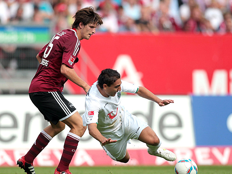 Hannovers Abdellaoue im Duell mit Klose (li.)