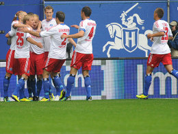 HSV-Spieler freuen sich über das 1:0 von Petric (li.)