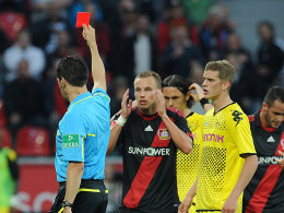 Kanne es nicht fassen: Bayers Kadlec sieht die Rote Karte.