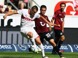 Meist einen Schritt schneller: VfB-Mittelfeldmotor Zdravko Kuzmanovic (li.) gegen Hannovers Manuel Schmiedebach