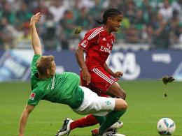 Werders Hunt gegen Mancienne (re.)