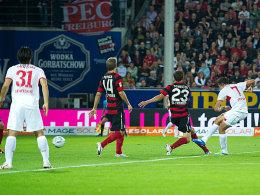Gleich schlägt es ein: Harnik zieht zum 1:0 für Stuttgart ab.