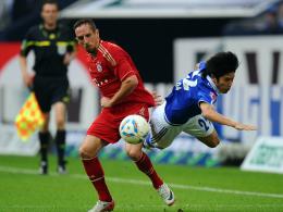 Atsuto Uchida hebt im Duell mit Franck Ribery ab