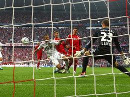 Müller (3.v.re.) trifft zum 1:0