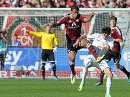 Der entscheidende Ballgewinn vor dem 2:0 für Nürnberg. Chandler jagt Müller den Ball im Mittelfeld ab.
