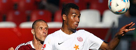 Kritisch beäugt Nürnbergs Simons die Lage: FSV-Stürmer Choupo-Moting ist da eher am Ball.