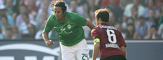 Bremens Pizarro gegen Cherundolo (re.).