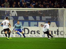 Tiffert (re.) verwandelt gegen Schlussmann Unnerstall den Elfmeter zum 1:0