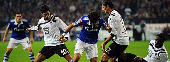 Schalkes Raul wird von Sahan, Bugera und Rodnei (v. li.)bedrängt