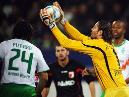 FCA-Keeper Jentzsch fängt den Ball vor Pizarro (li.).