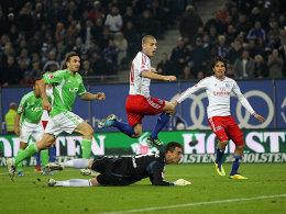 Der Ausgleich: Mladen Petric (mi.) überwindet VfL-Keeper Diego Benaglio zum 1:1