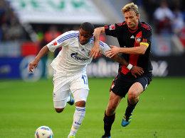 Leverkusens Rolfes gegen Farfan (li.)