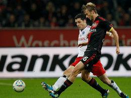 Leverkusens Rolfes (re.) gegen Kacar