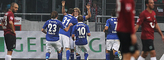 Schalkes Pukki (4.v.li.) lässt sich feiern