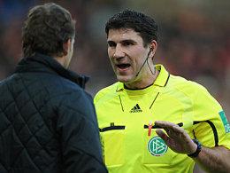 Viel Diskussionsstoff: Schiedsrichter Wingenbach und Freiburgs Coach Marcus Sorg.