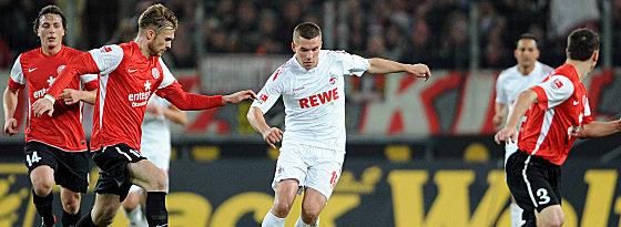 Mainz' Kirchhoff (2.v.li.) bedrängt Podolski.