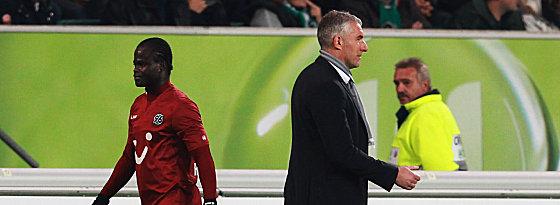 Stiller Abgang: Hannovers Ya Konan verlässt nach seinem Platzverweis das Feld, Trainer Mirko Slomka schaut weg.