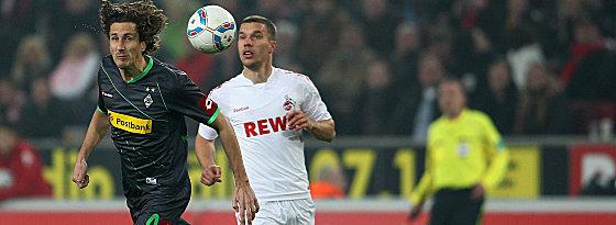 Gladbachs Brouwers gegen Podolski (re.).