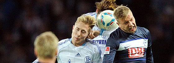 Schalkes Holtby (li.) und Fuchs im Kopfballduell mit Ebert (re.)