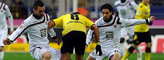 Dortmunds da Silva gegen Tiffert und Sahan (re.)