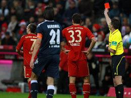 Referee Winkmann stellt Ribery (li.) vom Platz