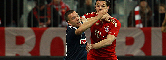Kölns Podolski gegen van Buyten (re.)