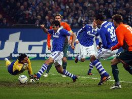 Der erste Streich: Raul (Nr.7) markiert das 1:0 für Schalke 04. Werder-Keeper Wiese streckt sich vergebens