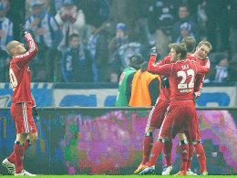Glückliche HSV-Spieler: Petric (li.) Sala und Jansen (re.) freuen sich über einen Auswärtssieg bei der Hertha.