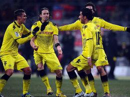 Pure Erleichterung: Lucas Barrios (re.) feiert seinen Treffer zum 2:0 gemeinsam mit seinen Teamkollegen